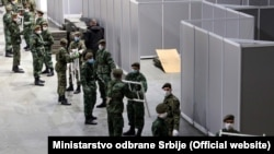 """Pripadnici Vojske Srbije postavljaju krevete za privremenu bolnicu u beogradskoj """"Štark areni"""""""