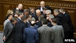 Депутати від фракції Блоку Юлії Тимошенко у Верховній Раді блокують трибуну й президію парламенту. Київ, 2 квітня 2010 року