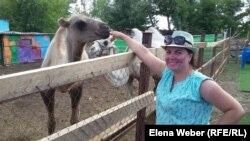 Надежда Брюхова өзі ашқан зообақта тұр. Теміртау, 26 шілде 2015 жыл.