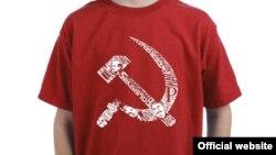 Советтік символ - орақ пен балға салынған жеңі шолақ жейде.