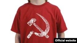 Майка с изображением серпа и молота – советских символов.