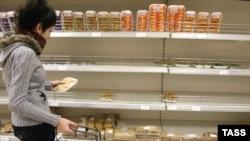 Полупустые полки в продовольственном магазине. Рязанская область. Фото 2008 г