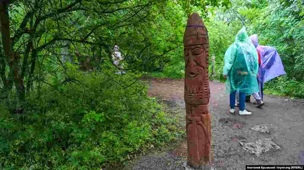 Дерев'яні ідоли на стежці до «Храму сонця»
