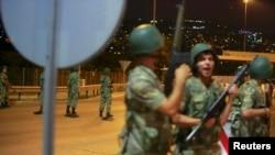 Турецкие военнослужащие, блокировавшие мост через Босфор во время попытки переворота.