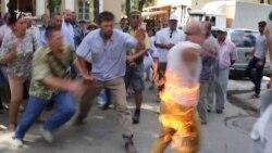 У центрі Сімферополя чоловік намагався вчинити самоспалення – відео