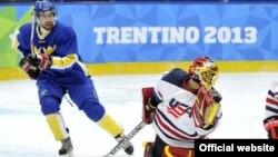 Состязания среди хоккеистов стартовали до открытия Универсиады в Трентино. Встреча между командой США и сборной Италии. 10 декабря 2013 года.