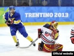 Универсиаданың ашылу салтанаты болмай тұрып, шайбалы хоккей ойындары басталып кетті. Италия мен АҚШ құрамаларының кездесуі. Италия, Трентино, 10 желтоқсан 2013 жыл. Сурет универсиаданың ресми сайтынан алынды.