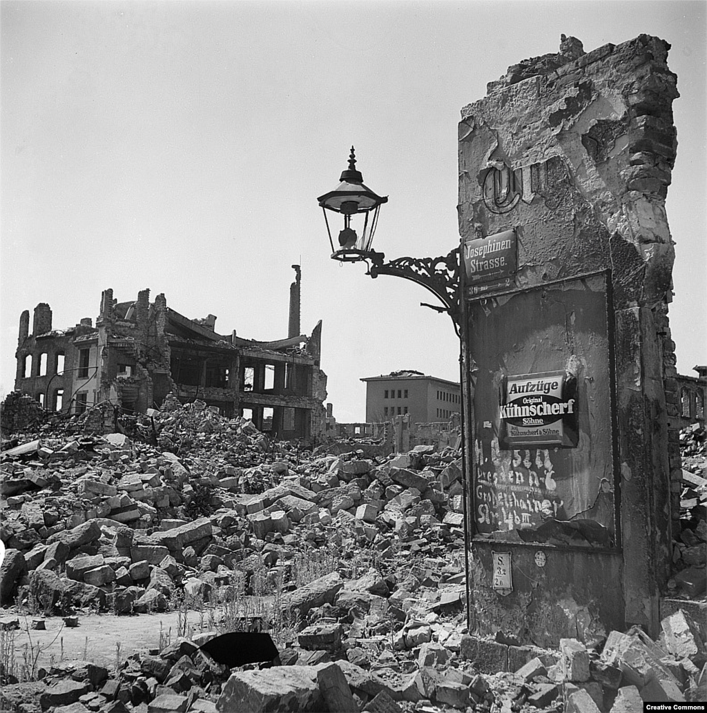 """Когато започват бомбардировките, американският войник Кърт Вонегът е държан като пленник близо до центъра на Дрезден. По-късно той пише """"Кланица 5"""", в която описва как градът е погълнат от пламъци, които """"изяждат всичко органично, всичко което гори""""."""