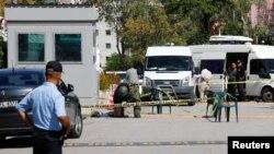 Експерт зі знешкодження вибухових пристроїв оглядає сумку перед посольством Ізраїлю в Анкарі, 21 вересня 2016 року