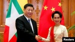 Liderka Mjanmara Aung San Suu Kyi, koja je trenutno u kućnom pritvoru, prilikom susreta sa Xi Jinpingom, predsednikom Kine 18. januara 2020 u glavnom gradu Mjanmara Najpidu.