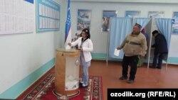 Самарқандағы сайлау учаскесінде дауыс беріп тұрған адамдар. Өзбекстан, 4 желтоқсан 206 жыл.