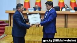 Мухаммедкалый Абылгазиев награждает победителей конкурса. 25 июля 2019 года.
