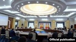 Президент Сооронбай Жээнбеков Соттук реформа боюнча кеңештин 3-отурумун өткөрүп жатат.
