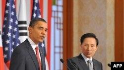 باراک اوباما در نشست خبری خود با لی میونگ - باک، رئیس جمهور کره جنوبی