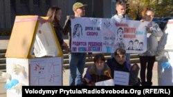В День Конституції Криму мешканці сімферопольських гуртожитків пікетували парламент автономії