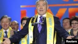 Қазақстан президенті Нұрсұлтан Назарбаев (ортада), Нұрлан Нығматулин (сол жақ шетте) «Нұр Отан» партиясының парламент сайлауындағы жеңісіне арналған жиында. Астана, 16 қаңтар 2012 ж.