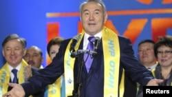 Прэзыдэнт Нурсултан Назарбаеў з шалікам партыі Нур Атан.