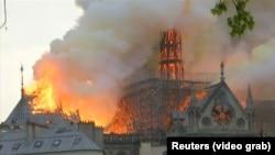 آتشسوزی بزرگ در ساختمان کلیسای نوتردام در مرکز شهر پاریس پایتخت فرانسه. 2019 April 15