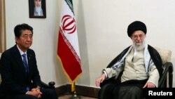 Иранскиот Врховен лидер Ајатолахот Али Хаменеи и јапонскиот премиер Шинзо Абе