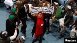 """Около места заседания Лойя-джирги в Кабуле: женщина с транспарантом """"Соглашение с США означает продажу нашей страны"""""""