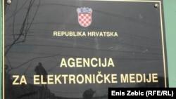 Ploča ispred ulaza u Agenciju, Zagreb, 2016.