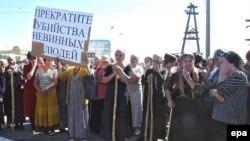 «Антитеррористические» маневры ФСБ совершено случайно совпали с очередным митингом оппозиции. На фото - одна из акций против президента Зязикова