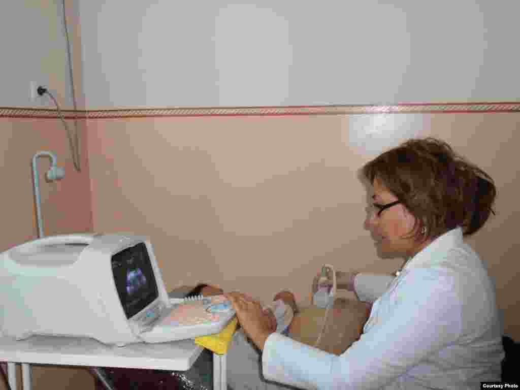 Доктор. На фото главный врач Центра репродуктивного здоровья Джалал-Абадской области Айнура Давлетова. Автор Анархан Жаныбаева.