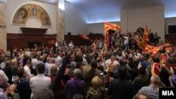 """Архивска фотографија - Демонстранти, дел од иницијативата """"За заедничка Македонија"""" влегоа во Собранието и предизвикаа насилство на 27 април 2017"""