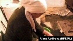 Сельская женщина готовит обед. Айтекебийский район Актюбинской области, ноябрь 2009 года.