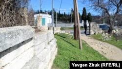 Мемориальная стена выходит к улице Горпищенко