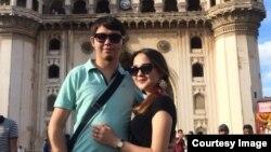 Торегельды Тоулебай и его жена в Индии. Фото из личного архива.