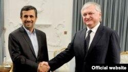 Встреча между главой МИД Армении Эдвардом Налбандяном и президентом Ирана Махмудом Ахмадинежадом, 29 апреля 2012 г. (Фотография предоставлена Управлением печати и информации МИД Армении)