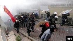 Столкновение между демонстрантами и полицейскими в центре Стамбула. 1 мая 2014 года.