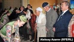 Одноклассникам президента Назарбаева вручают пакеты с подарками. Алматы, 20 декабря 2013 года.