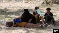 Беженцы, покинувшие Рамади из-за боевых действий, – на привале у юго-западной окраины Багдада. 22 мая 2015 года.
