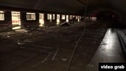 Около половины одиннадцатого утра массивная конструкция подвесного потолка упала на людей, находящихся на перроне