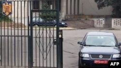 Imagine de arhivă. O mașină cu numere diplomatice ieșind din curtea ambasadei române de la Moscova.