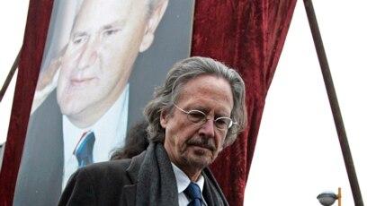 Peter Handke nakon govora održanog posle smrti bivšeg predsednika SR Jugoslavije Slobodana Miloševića u Požarevcu, 18. mart 2006.