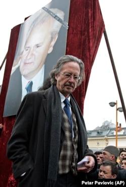 Peter Handke la funeraliile liderului sârb Slobodan Milosevic, la Pozarevac, 18 martie 2006