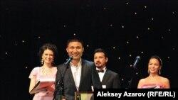 Азамат Нигманов получил приз за лучшую мужскую роль. Алматы, 21 сентября 2012 года.