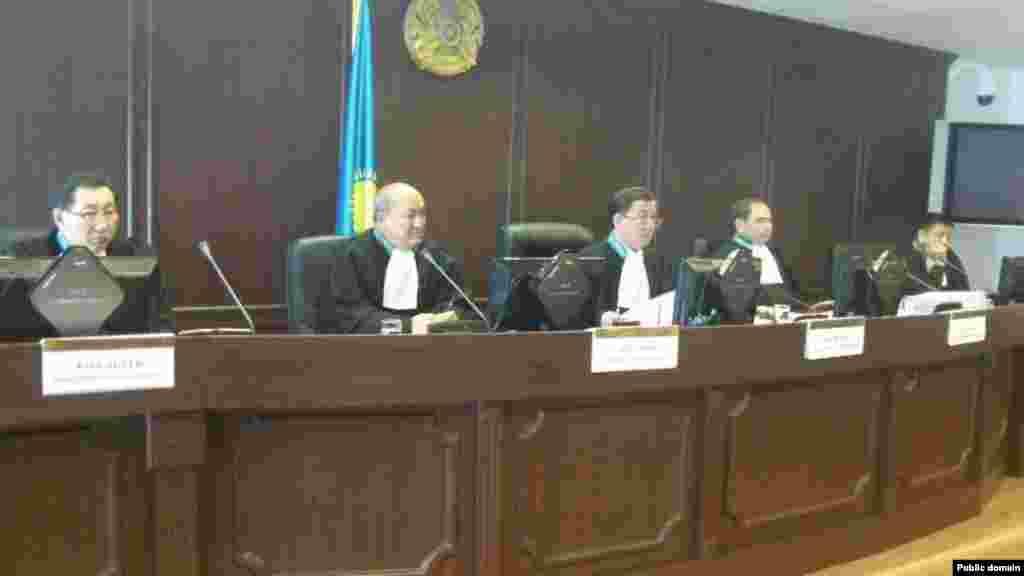 28 мая в Астане надзорная коллегия Верховного суда постановила освободить шестерых из 14 нефтяников, осужденных в связи с Жанаозенскими событиями. Суд постановил заменить им отбывание наказания в колонии на условный срок.
