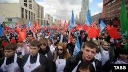 """Активисты движения """"Наши"""" во время акции протеста в Москве. 17 апреля 2011 года."""