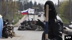 Arxiv foto: Rusiya tərəfdarı aksiyaçı Slavyanskda Rusiya bayrağı sancdığı barrikadanı qoruyur. 14 aprel 2014