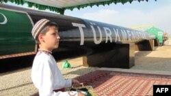 Газ құбырының ресми ашылу салтанатында ұлттық киіммен тұрған бала. Шатлық, Түркіменстан, 31 мамыр 2010 жыл. (Көрнекі сурет)