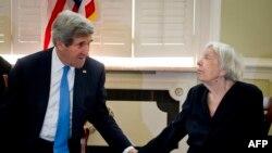 Госсекретарь США Джон Керри и руководитель МХГ Людмила Алексеева на встрече в резиденции американского посла в Москве