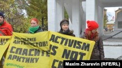 Picket in support of Greenpeace activists in Murmansk, Russia on October 5.