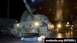 İstanbulda xalq tankların qabağına çıxdı.