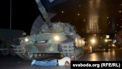 Мужчина лежит перед танком мятежников в Стамбуле.