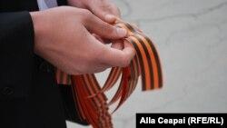 Panglica Sf.Gheorghe distribuită de activiști pro-ruși la Chișinău