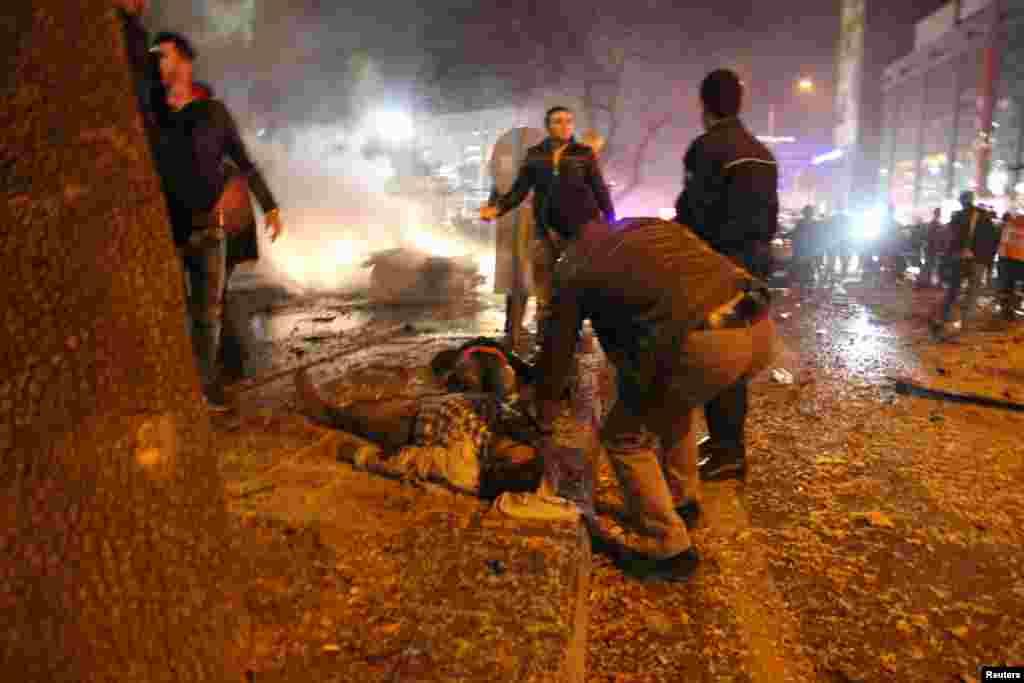 Прохожие оказывают помощь раненым при взрыве в Анкаре